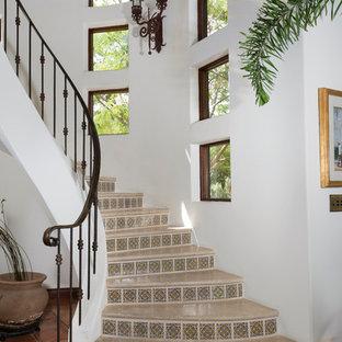 Modelo de escalera curva, mediterránea, de tamaño medio, con contrahuellas con baldosas y/o azulejos