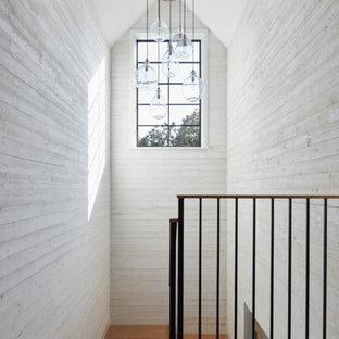 """Ispirazione per una scala a """"U"""" country con pedata in legno e pareti in legno"""