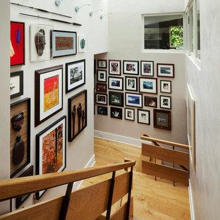Ejemplo de escalera en U, ecléctica, pequeña, con escalones de madera