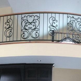 バンクーバーの広いトラディショナルスタイルのおしゃれな階段の写真