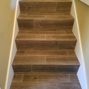 Diseño de escalera recta, de estilo americano, pequeña, con escalones con baldosas y contrahuellas con baldosas y/o azulejos