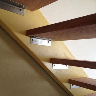 Imagen de escalera suspendida, minimalista, de tamaño medio, con escalones de madera