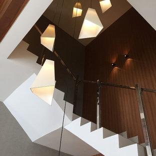 他の地域の中サイズのタイルのトランジショナルスタイルのおしゃれな折り返し階段 (タイルの蹴込み板) の写真