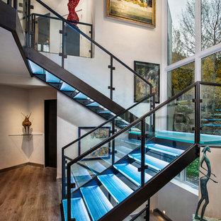 Ejemplo de escalera recta, actual, de tamaño medio, sin contrahuella, con escalones de vidrio y barandilla de vidrio