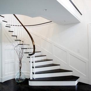 Modelo de escalera de caracol, clásica renovada, grande, con escalones de madera, contrahuellas de madera pintada y barandilla de madera