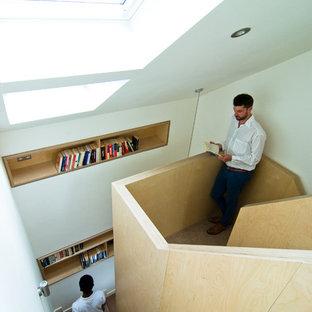 ロンドンの小さいカーペット敷きのコンテンポラリースタイルのおしゃれな折り返し階段 (カーペット張りの蹴込み板) の写真