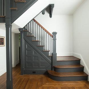 """Esempio di una scala a """"U"""" vittoriana con pedata in legno, alzata in legno verniciato e parapetto in legno"""