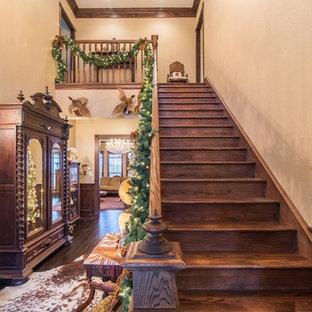 На фото: большая прямая лестница в викторианском стиле с деревянными ступенями, деревянными подступенками и деревянными перилами