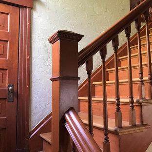 """Idee per una grande scala a """"L"""" vittoriana con pedata in legno, alzata in legno e parapetto in legno"""