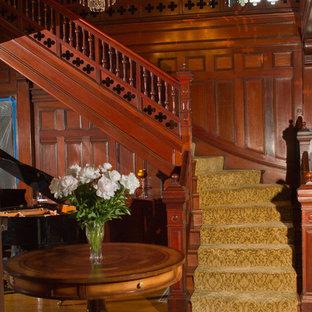 Modelo de escalera en L, tradicional, grande, con escalones enmoquetados y contrahuellas de madera