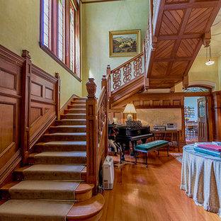 メルボルンの巨大な木のヴィクトリアン調のおしゃれな直階段 (木の蹴込み板) の写真