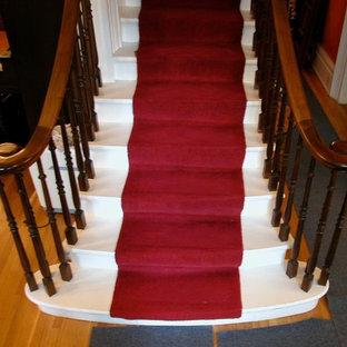 Immagine di una scala a rampa dritta vittoriana di medie dimensioni con pedata in moquette e alzata in legno verniciato