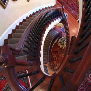 Modelo de escalera curva, tradicional, grande, con escalones enmoquetados y contrahuellas enmoquetadas