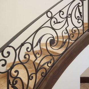 Modelo de escalera curva, mediterránea, grande, con escalones con baldosas y contrahuellas con baldosas y/o azulejos