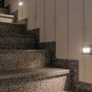 """Ispirazione per una scala a """"L"""" contemporanea di medie dimensioni con pedata in marmo, alzata in metallo e parapetto in metallo"""