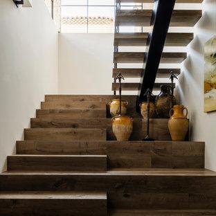 Réalisation d'un escalier sud-ouest américain en U avec des marches en bois et des contremarches en bois.