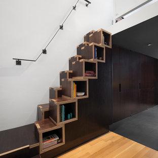 Modelo de escalera actual, pequeña, con escalones de madera y contrahuellas de madera
