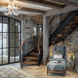 Foto de escalera curva, rural, sin contrahuella, con escalones de madera y barandilla de varios materiales