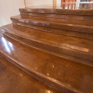 Diseño de escalera recta, actual, de tamaño medio, con escalones de hormigón y contrahuellas de hormigón