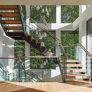Imagen de escalera en L, contemporánea, extra grande, sin contrahuella, con escalones de madera y barandilla de varios materiales