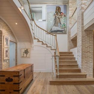 Diseño de escalera costera con escalones de madera y contrahuellas de madera