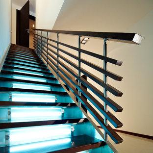 ニューヨークの大きい木のコンテンポラリースタイルのおしゃれな直階段 (ガラスの蹴込み板) の写真