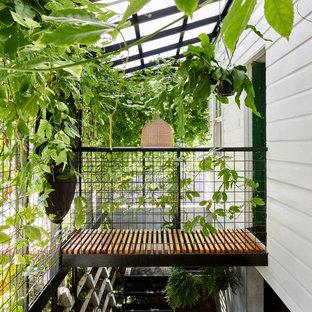 Foto de escalera suspendida, minimalista, sin contrahuella, con escalones de metal y barandilla de metal