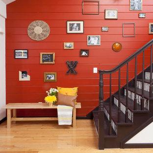 Ejemplo de escalera recta, actual, con escalones de madera