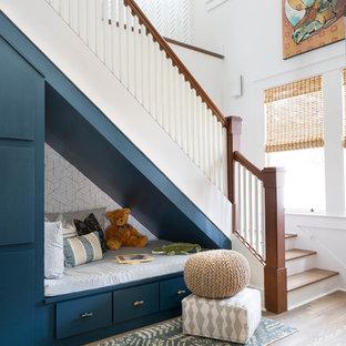 Diseño de escalera en L, tradicional renovada, con escalones de madera, contrahuellas de madera pintada y barandilla de madera