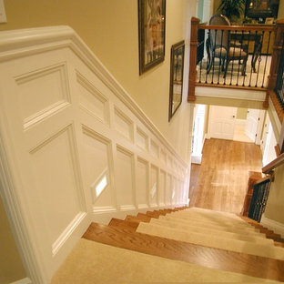 Foto de escalera recta, clásica, grande, con escalones enmoquetados, contrahuellas enmoquetadas y barandilla de varios materiales