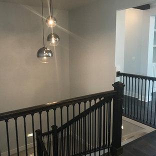 Ejemplo de escalera en U, tradicional renovada, de tamaño medio, con escalones enmoquetados, contrahuellas enmoquetadas y barandilla de varios materiales