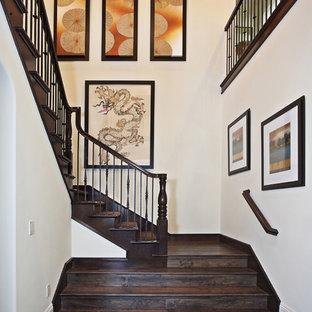 Imagen de escalera asiática con escalones de madera y contrahuellas de madera