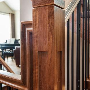 Foto de escalera en L, de estilo americano, con escalones de madera y contrahuellas de madera