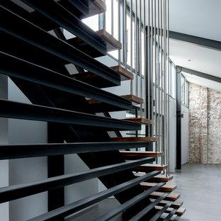 シドニーの中サイズの木のインダストリアルスタイルのおしゃれな階段の写真