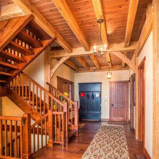 Diseño de escalera en U, campestre, con escalones de madera y contrahuellas de madera