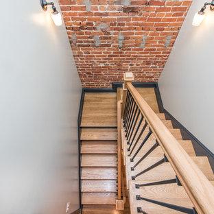 Diseño de escalera en U, tradicional renovada, pequeña, con escalones de madera, contrahuellas de madera pintada y barandilla de varios materiales