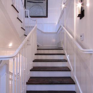 ソルトレイクシティの木の北欧スタイルのおしゃれな階段 (木の蹴込み板、木材の手すり) の写真