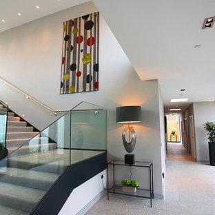 ウィルトシャーの大きいカーペット敷きのコンテンポラリースタイルのおしゃれなかね折れ階段 (カーペット張りの蹴込み板) の写真