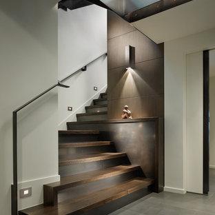 Неиссякаемый источник вдохновения для домашнего уюта: лестница в современном стиле с деревянными ступенями и металлическими подступенками
