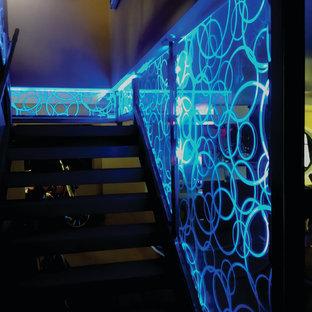 トロントの中サイズのコンクリートのモダンスタイルのおしゃれなかね折れ階段 (コンクリートの蹴込み板、ガラスの手すり) の写真