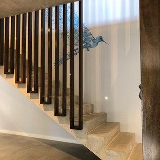 Idee per una scala a rampa dritta industriale di medie dimensioni con pedata in cemento, alzata in cemento e parapetto in legno