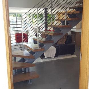 Imagen de escalera en L, actual, de tamaño medio, sin contrahuella, con escalones de madera