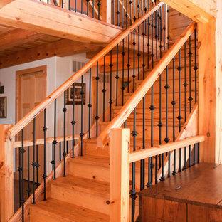 Modelo de escalera recta, contemporánea, de tamaño medio, con escalones de madera y contrahuellas de madera