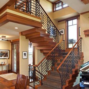 Imagen de escalera en U, de estilo americano, con escalones de madera y contrahuellas de madera