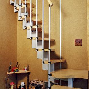Imagen de escalera recta, moderna, pequeña, con escalones de madera y contrahuellas de metal