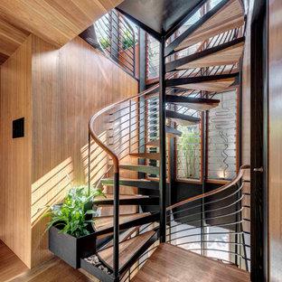 Ispirazione per una scala con pareti in legno