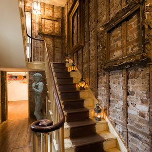 Modelo de escalera en U, romántica, con escalones de madera pintada y contrahuellas de madera pintada