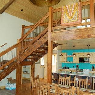Diseño de escalera en U, rústica, de tamaño medio, sin contrahuella, con escalones de madera y barandilla de madera