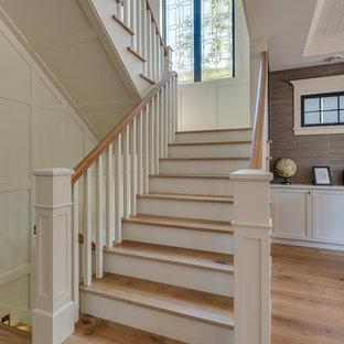Imagen de escalera en U, de estilo americano, de tamaño medio, con escalones de madera y contrahuellas de madera pintada