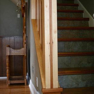 他の地域の中サイズの木のおしゃれな直階段 (タイルの蹴込み板) の写真